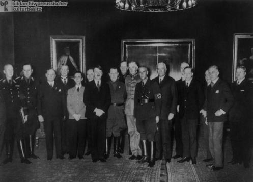 Hitler mit seinem Kabinett.